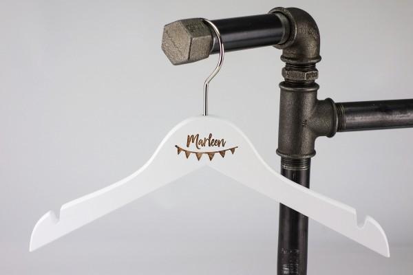 Individualisierbar mit Name & Wimpelkette | Kinder-Kleiderbügel mit Gravur | Holz Weiß