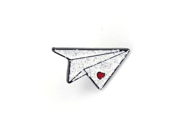 Pin Papierflieger   Weiß mit Glitzer und rotem Herz