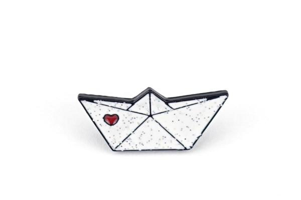 Pin Papierboot | Weiß mit Glitzer und rotem Herz